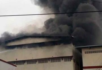 Bomberos no logran apagar fuego en Colón por falta de agua