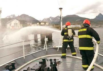 Prefectura realizó simulacro de incendio en la Bahía de Ushuaia