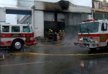 Incendio en fábrica de pinturas deja dos bomberos heridos