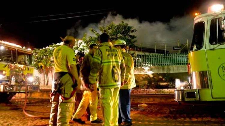 Voraz incendio consumió fábrica de ropas