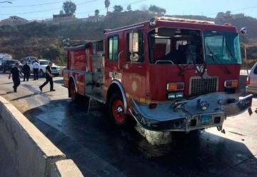 Choque de unidad de bomberos deja dos bomberos lesionados