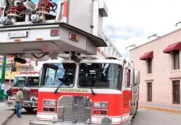Ayuntamiento entrega camión cisterna a bomberos del municipio