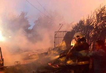Dos bomberos lesionados y seis casas afectadas dejó un incendio