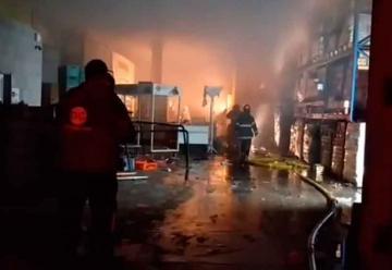 Gran incendio en una distribuidora de Longchamps
