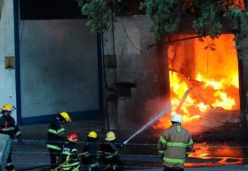 Incendio en fábrica de colchones en Pacheco