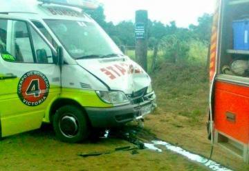Dos carros de Bomberos colisionan mientras se dirigían a emergencia