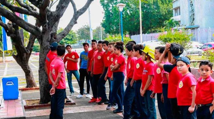 Niños cumplen sueño de ser bomberos en Nicaragua