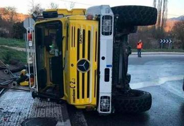 Vuelca un camión de bomberos en Trespaderne