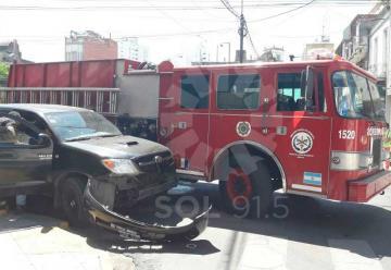Fuerte choque entre un camión de bomberos y una camioneta
