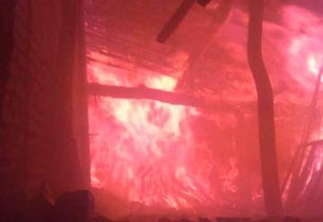 Dos bomberos heridos y 2 casas calcinadas