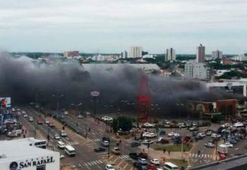 Se incendia centro comercial de Santa Cruz