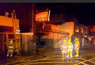 Incendio consume taller de pintura y 2 casas