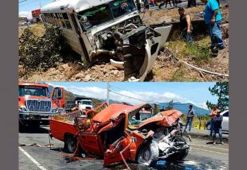Fuerte colisión entre autobús y un vehículo de los bomberos