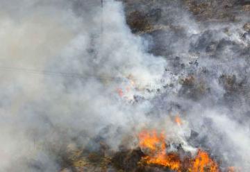 Bomberos evitan que un incendio llegue al yacimiento