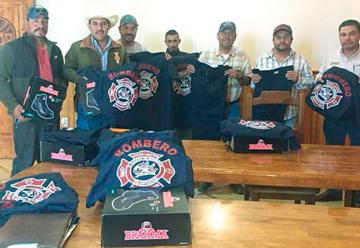 Entrega Municipio uniformes al departamento de Bomberos