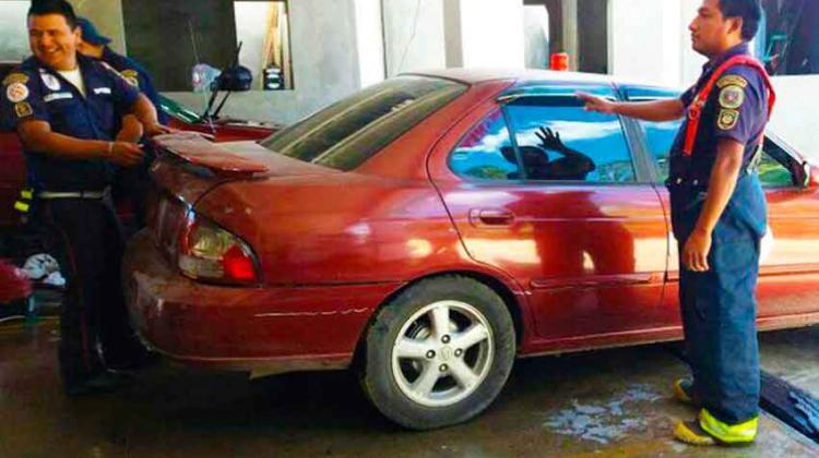 Bomberos Municipales lavan carros para recaudar fondos