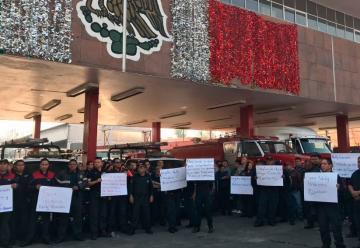 Protestan bomberos en el Zócalo contra despidos y represión