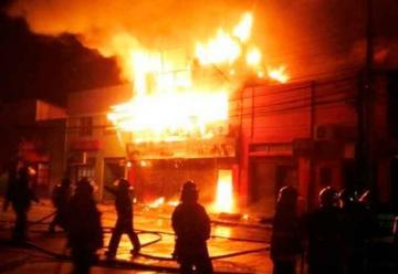Gigantesco incendio destruyó cuatro locales comerciales