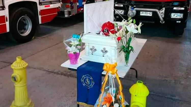 El emotivo adiós de bomberos a su perro guardián en Iquique