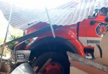 Camión de bomberos los dejó sin casa