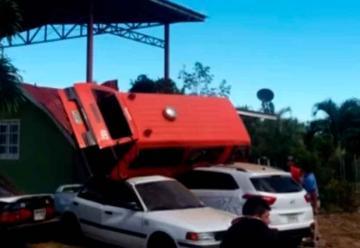 Unidad de bomberos se estrella contra carros en Chiriquí