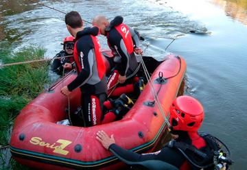 Tres bomberos han caído al río cuando trataban de rescatar a un perro