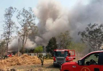 Ocho bomberos intoxicados por incendio en Iztapalapa