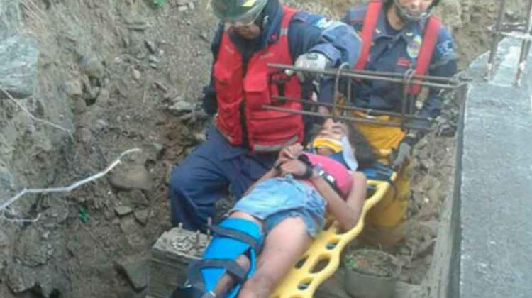 Bomberos Marinos rescataron a joven que cayó por un barranco