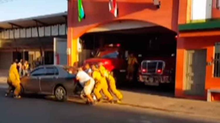 Bomberos levantaron carro que obstruía salida