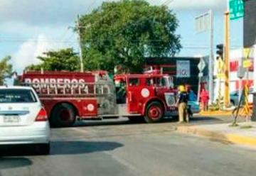 Chocan bomberos contra taxi camino a una emergencia