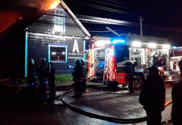 Dos bomberos resultaron lesionados enIncendio de restaurante