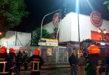 Incendio afectó a supermercado en el centro de Santiago
