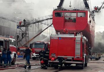 Bomberos trabajaron arduamente para extinguir un incendio en un buque