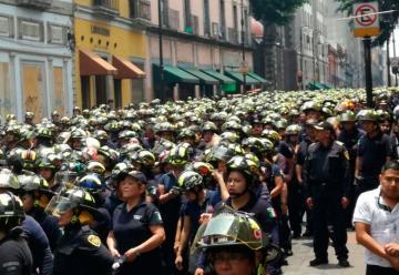 Protestan bomberos capitalinos contra diputado de Morena