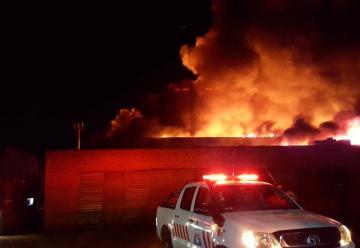 Incendio devoró una fábrica de colchones