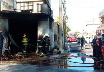Dos bomberos heridos en incendio de fábrica de suelas