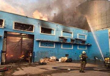Controlan incendio en fábrica de colchones en Cali