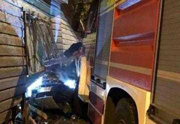 Vehículo terminó incrustado en una casa tras colisión con carro de Bomberos