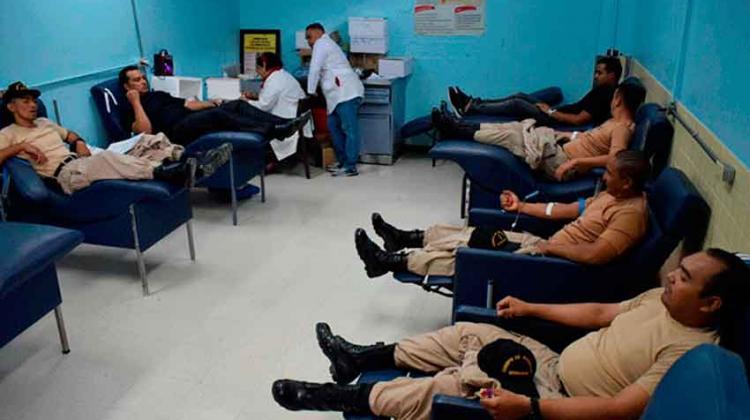 Bomberos donan sangre en apoyo a sus compañeros heridos