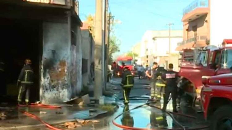 Gran incendio en una fábrica de caucho en Madero