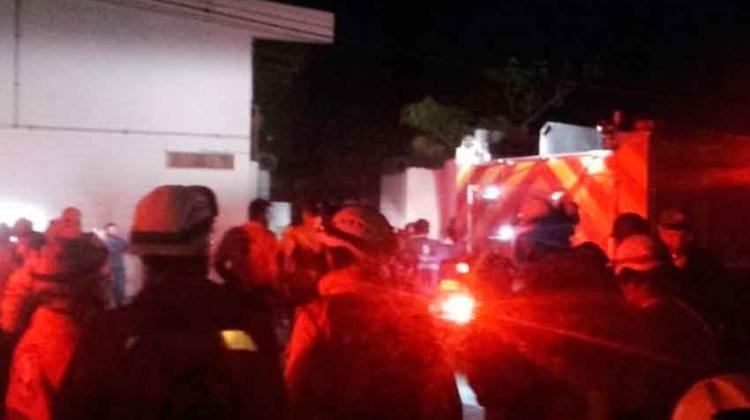 10 máquinas de bomberos atendieron incendio en fábrica