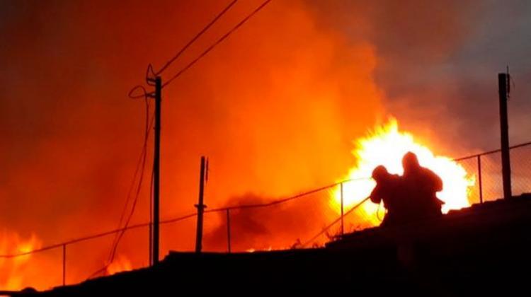 Bombero resultó lesionado en incendio que consumió tres bodegas