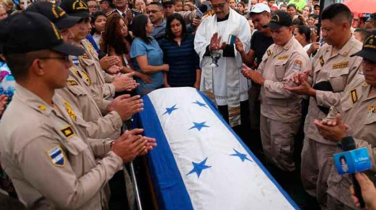 Despiden con honores a los dos bomberos héroes en Honduras