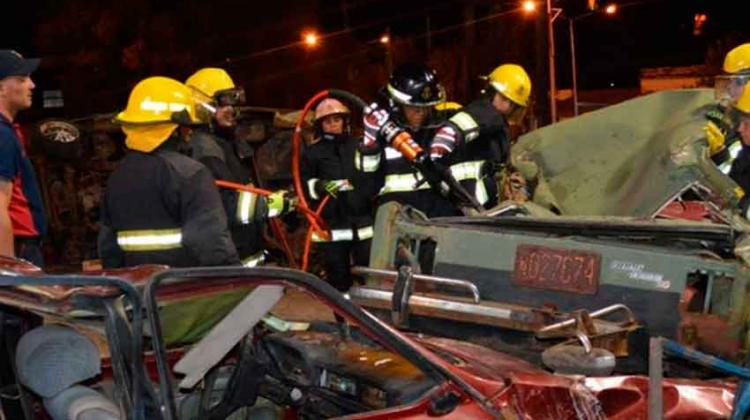 Bomberos voluntarios de Monte Caseros realizan un curso de rescate vehicular