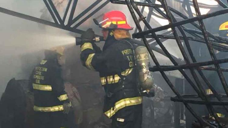Bomberos combate incendio de tres bodegas en El Salto