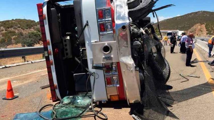 Vuelca máquina de bomberos sobre autopista Tecate