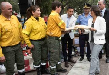 Entregaron indumentaria para bomberos y brigadistas Forestales