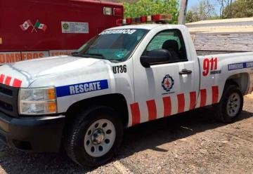 Donan camioneta y equipos a bomberos de Escuinapa