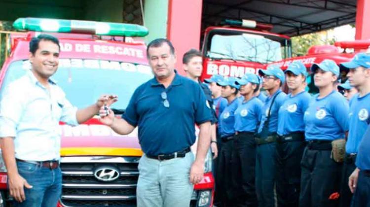 Donan ambulancia para bomberos de Pdte. Franco