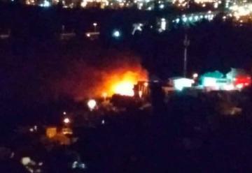 Incendio destruye una casa y afecta a otras dos